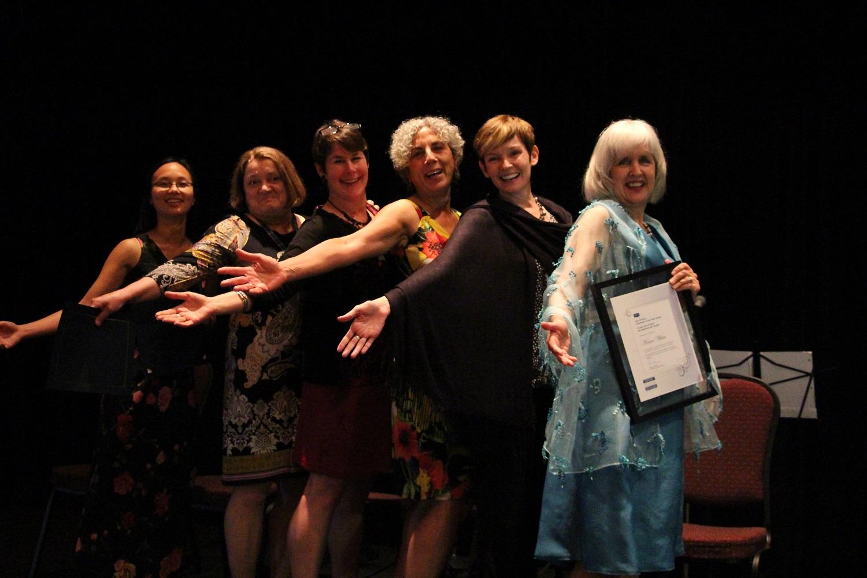 Les lauréates de l'édition 2013 du prix du président de l'ACR (de gauche à droite) ̶ Iva Cheung, Anne Curry, Nancy Holland, Valerie Mansour, Brooke Smith et le Prix Lee-d'Anjou du bénévole de l'année 2013, Moira White.