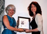 Moira White remet le prix d'excellence Tom-Fairley 2009 à Mary Lou Roy