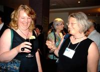 Theresa Best et Helen Clay rient ensemble lors du banquet
